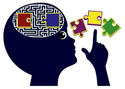 Dibujo de un niño con un laberinto y un puzzle como cerebro para representar la pedagogía crítica.