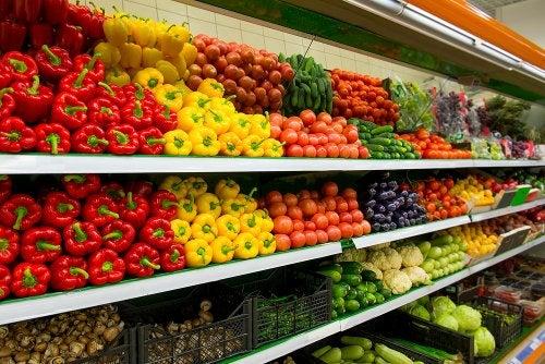Sección de verduras del supermercado en relación al derecho de alimentos.