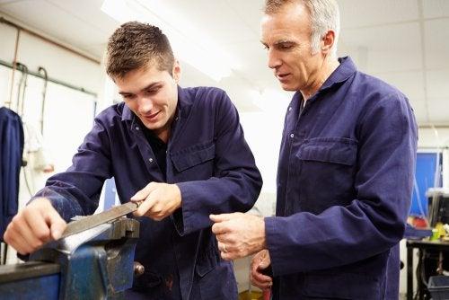 Chico adolescente de 16 años con un contrato laboral como mecánico.