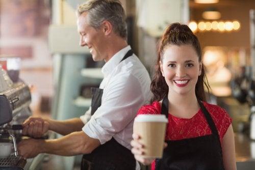 Chica adolescente de 16 años trabajando en una cafetería.