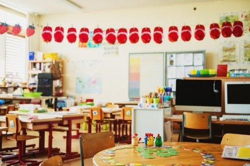 Ejemplo de aula creativa, con ordenadores y muchos colores.