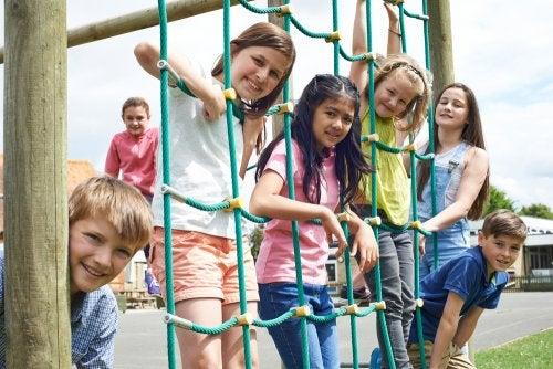 Niños en el recreo escolar descansando.