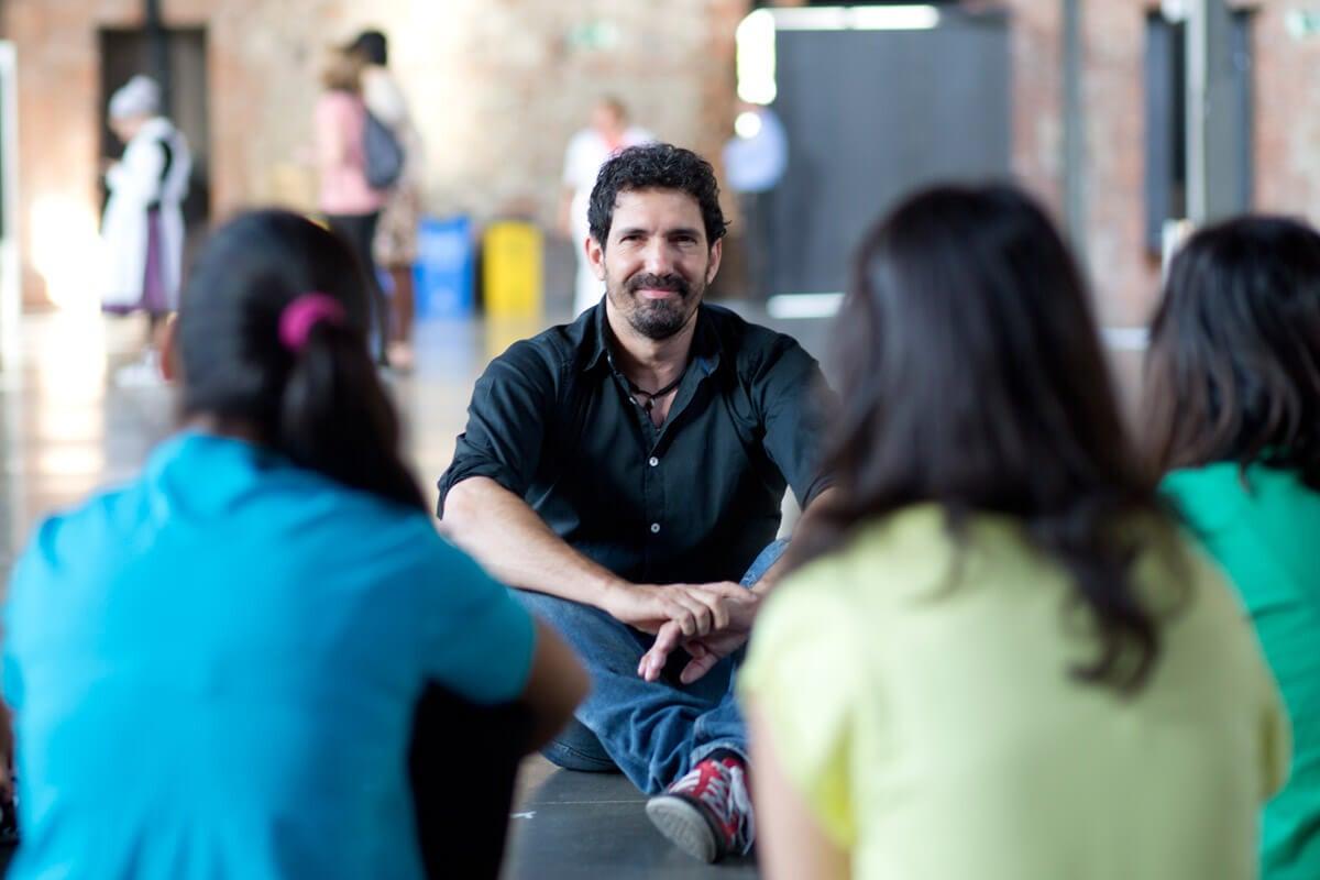 César Bona en el patio con alumnos.