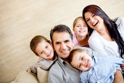 Familia numerosa posando feliz para una foto.