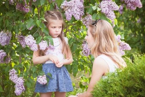 Madre hablando con su hija para establecer unos límites saludables.