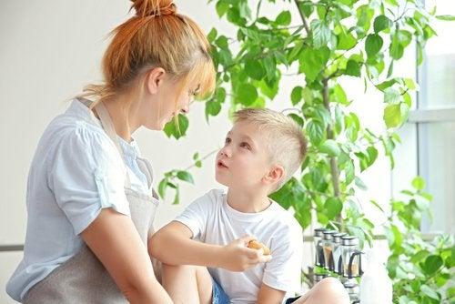 Madre con su hijo enseñándole a poner límites.