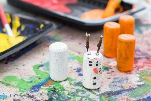 Muñeco de nieve hecho con tapones de corcho.