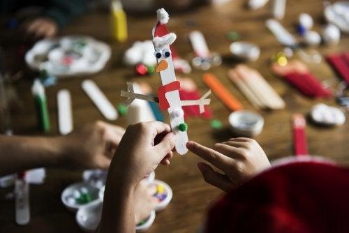 5 manualidades infantiles con palos de helado