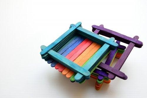 Marcos de fotos hechos con palos de helado de colores.
