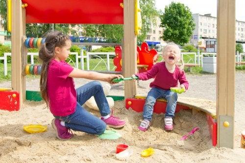 Niñas peleando por una pala en el parque sin resolver sus conflictos.