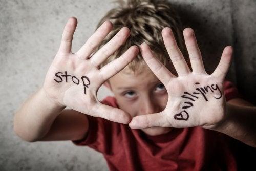 Niño pidiendo que paren el bullying que está sufriendo.
