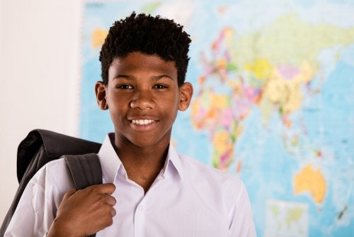 Niño inmigrante en su primer día de clase.