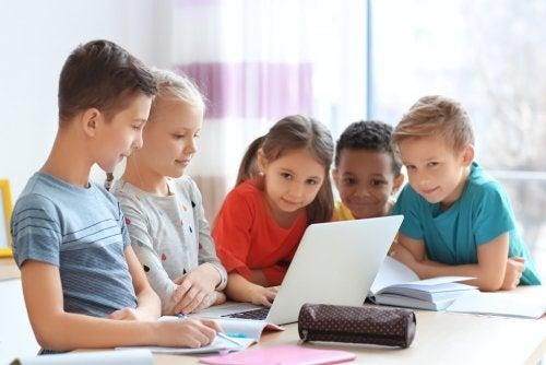 Niños trabajando en clase con el ordenador.