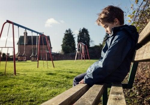 Niños triste porque no puede jugar con sus amigos debido al distanciamiento social.