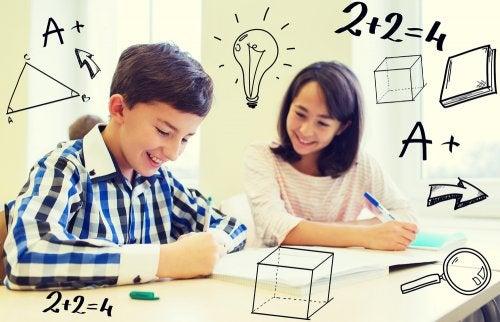 Niños desarrollando su inteligencia matemática en clase.
