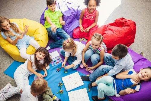Niños jugando a juegos cooperativos en el aula.