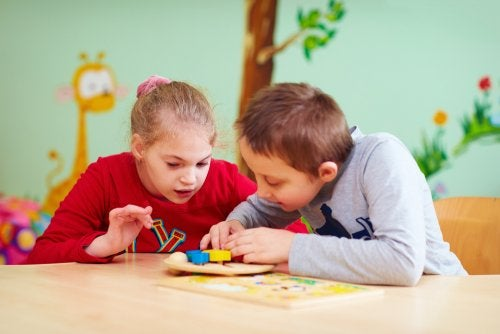 Niños con necesidades especiales jugando en el aula.