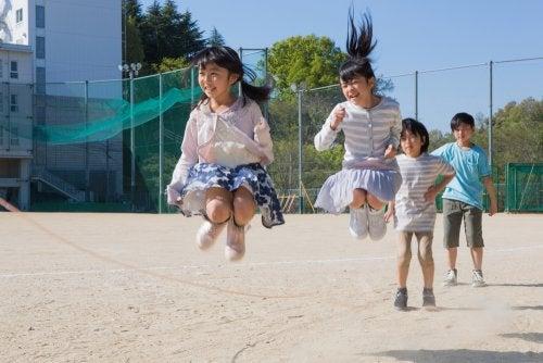 Niños saltando a la comba durante el recreo.