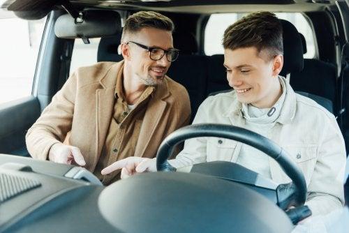 Enseñar a conducir a un hijo, ¿es legal?