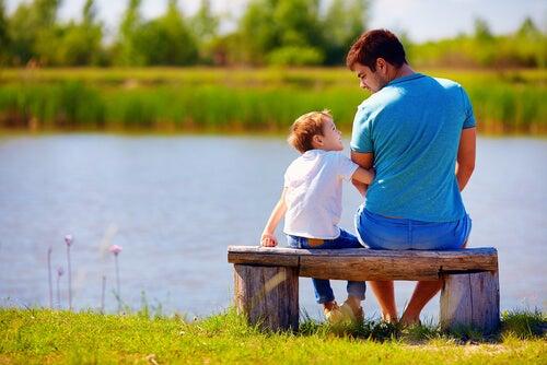 Padre hablando con su hijo sobre los límites