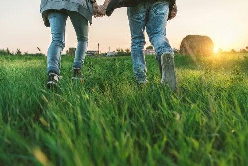 Cómo afrontar el primer amor adolescente de tus hijos.