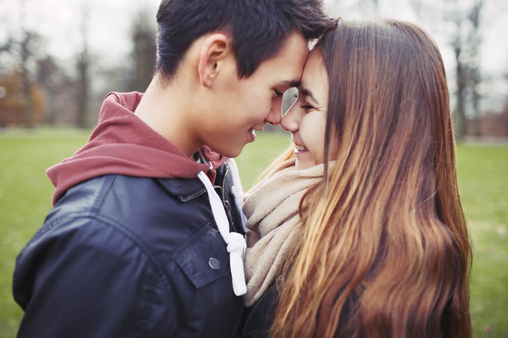 Cómo afrontar el primer amor adolescente de tus hijos
