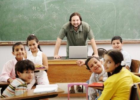 Profesor en clase con sus alumnos aplicando las inteligencias múltiples de Gardner en su educación.