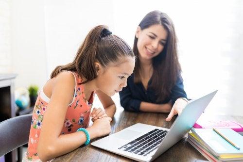Profesora dando clase a su alumna desde casa con la llamada escuela en casa o homeschooling.