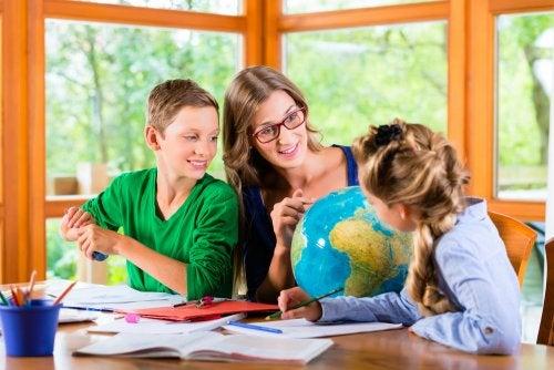 Homeschooling: profesora dando clase a sus alumnos en casa.