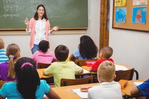 Profesora en clase explicando a sus alumnos la importancia de atender a la contaminación acústica en el aula.