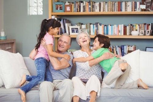 Abuelos jugando con sus nietos.