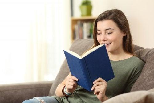 Adolescente leyendo libros juveniles.