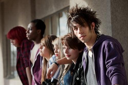 Adolescentes pertenecientes a la subcultura juvenil de punk.