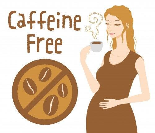 Dibujo de una mujer embarazada bebiendo café descafeinado.