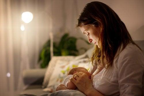 Mujer dando de mamar a su bebé.