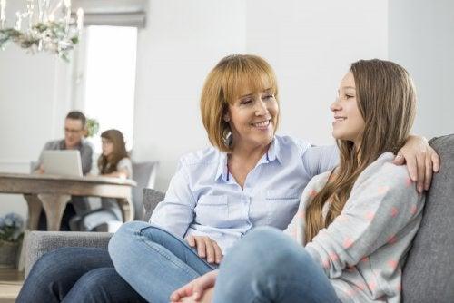 Madre e hija hablando y teniendo buena comunicación.