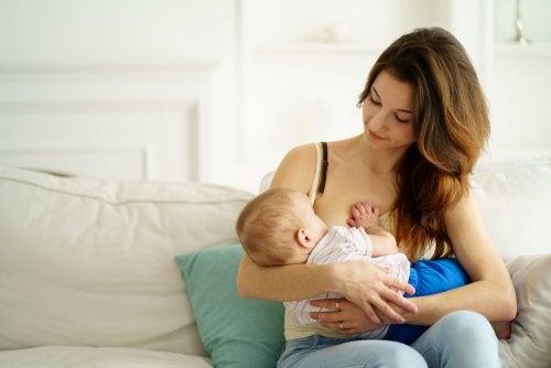 Mamá dando el pecho a su bebé debido a la importancia que tiene la lactoferrina.