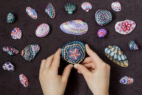 Pintar conchas es una de las manualidades para festejar el verano más sencillas de hacer.