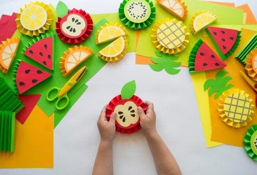 Manualidades de frutas con cartulina para niños.