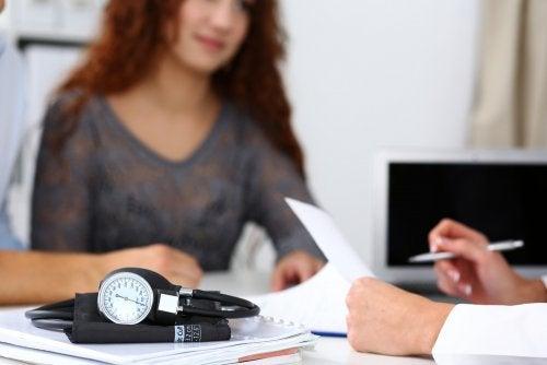 Mujer en la consulta del médico para el tratamiento de la incompatibilidad de Rh durante el embarazo.