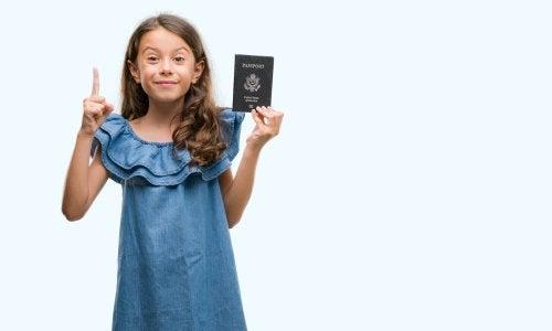 Niña con su pasaporte de la mano.