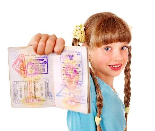 Niña enseñando los sellos de su pasaporte.