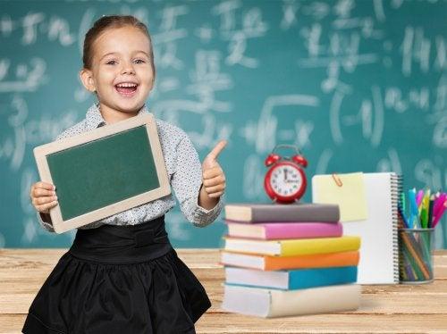Niña con una gran inteligencia tras llenar la pizarra de fórmulas matemáticas.