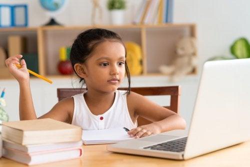 Niña con el ordenador aplicando el aprendizaje invisible.