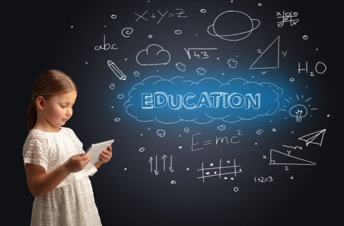 Niña con una pizarra detrás en la que pone 'educación' para presentar el movimiento de la escuela nueva.