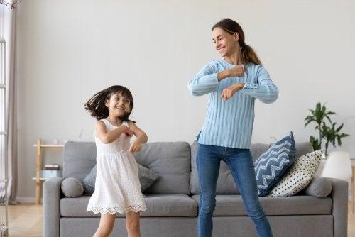 La empatía es uno de los valores esenciales dentro del papel de la cuidadora. Aquí, una niña bailando con su cuidadora.