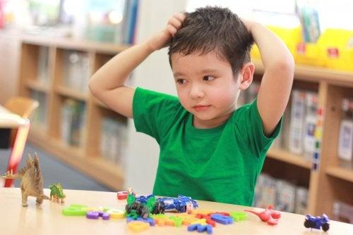 Niño con un buen comportamiento gracias a que ha aprendido que es la obediencia del niño de 3 a 6 años.