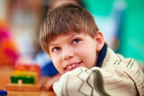 Niño con necesidades especiales sonriendo.