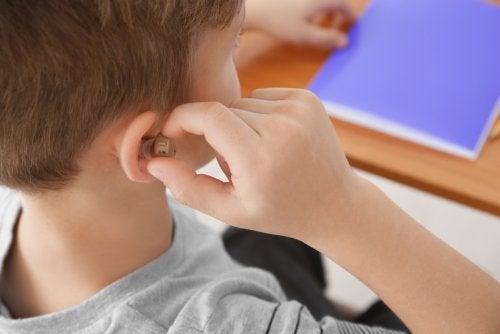 Niño con pérdida auditiva.