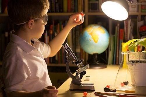 Niño muy curioso aprendiendo en su casa con el telescopio.